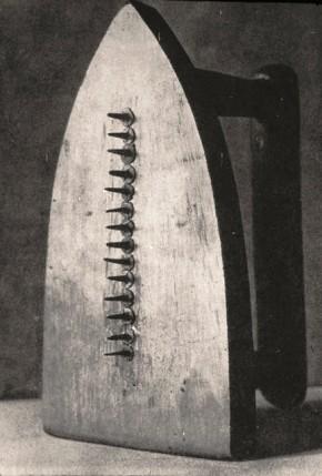 Man Ray, Cadeau, 1921