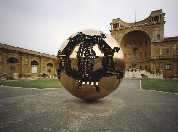 Pomodoro, Sfera con sfera, bronzo, 1990, Musei Vaticani, Cortile della Pigna