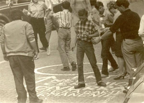 Omaggio a Piero Manzoni. Entra nel cerchio. Diverrai un'opera d'arte permanente, Parole sui muri, Fiumalbo 1967