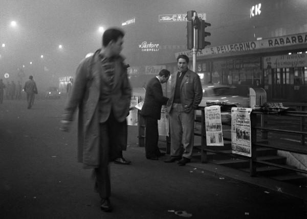 Cesare Colombo, 1957, via Orefici, strillone ©CesareColombo