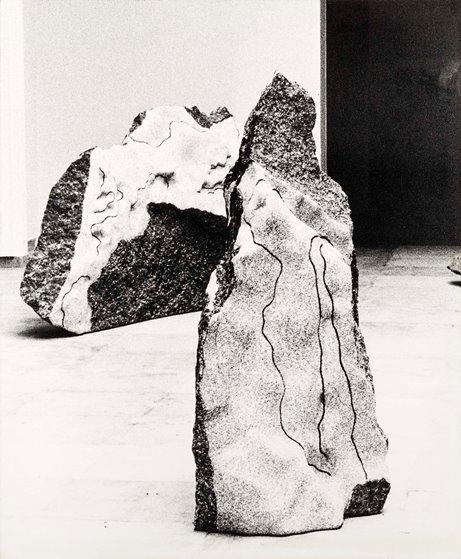 Eva Sørensen, sculture in granito verde, XL Biennale di Venezia, 1982 © Uliano Lucas