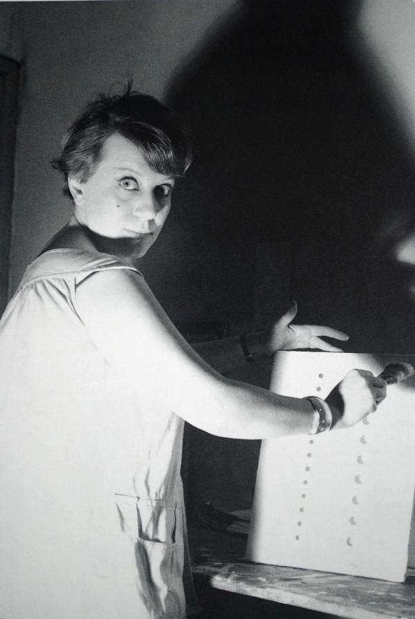 Dadamaino nello studio di via Boito a Milano, 1960