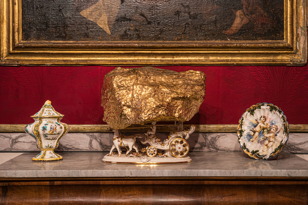 Andrea Salvatori, Amore... ma che succede?, porcellana ready made e ceramica dorata, 2016. Ph. Omar Tonella-Federica Delprino. Courtesy l'artista